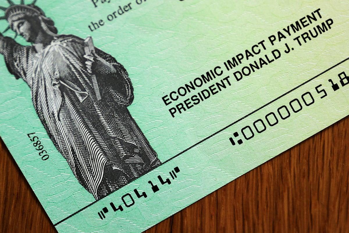圖為美國聯邦政府發放的紓困金支票。(Chip Somodevilla/Getty Images)