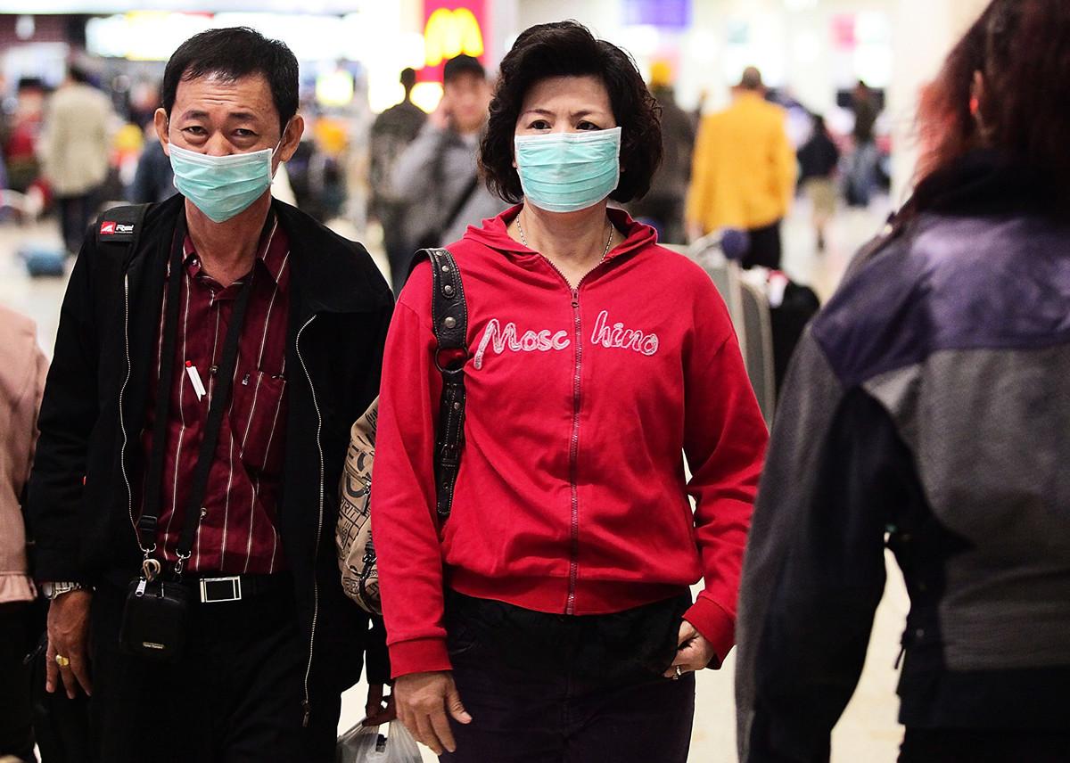 武漢已經下令全面施行進出管控,旅遊團一律取消,所有公務員被禁止離開武漢,直至疫情解除。圖為機場的旅客。(Matt King/Getty Images)