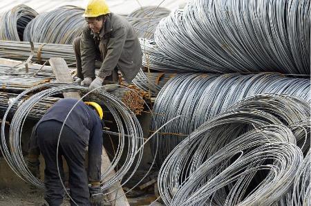 中國工人在低工資、低待遇的狀況下,為國家默默的創造了超過他們收入百倍、千倍的財富。圖為鋼鐵工人在作業。(AFP/GettyImages)