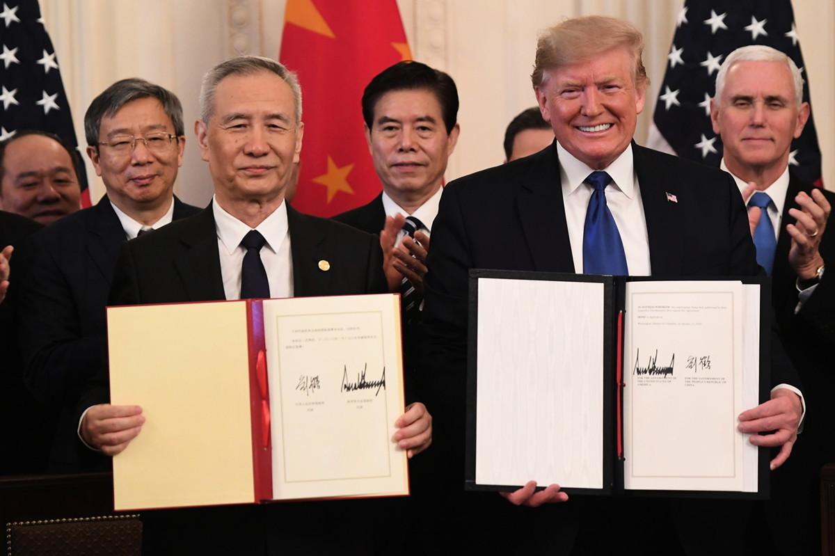2020年1月15日,美國總統特朗普與中共副總理劉鶴簽署第一階段貿易協議。(SAUL LOEB / AFP)