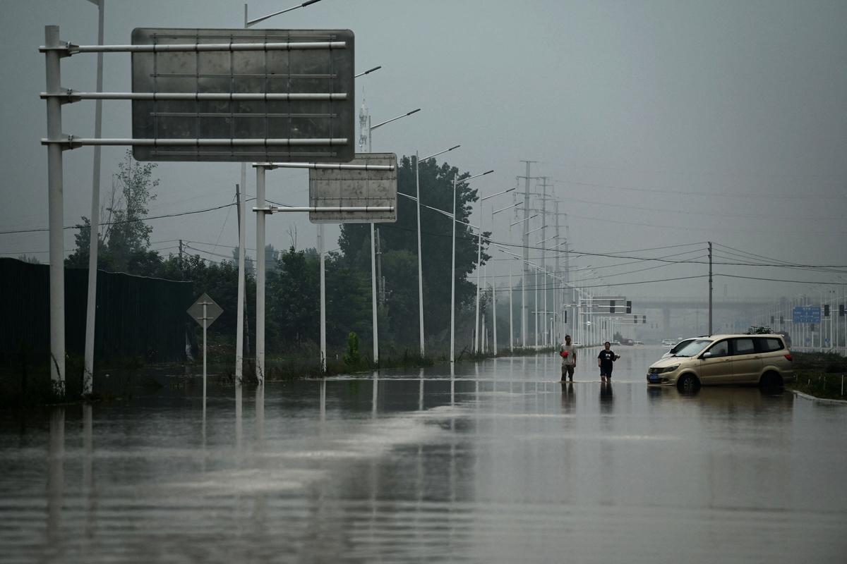 河南大水造成災情處處,網上尋親帖子湧現,尋找失蹤的家人。圖為2021年7月23日河南鄭州郊區。 (NOEL CELIS/AFP/Getty Images)