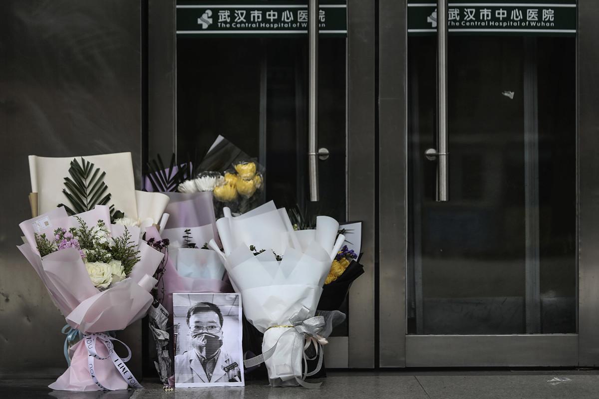 圖為武漢市中心醫院眼科醫生李文亮於2月6日病逝,多位市民來到這位「疫情吹哨人」所在的醫院獻花悼念。(Getty Images)