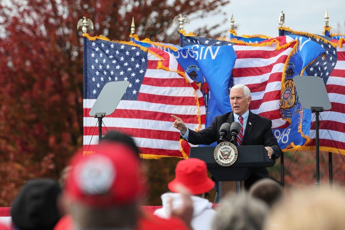圖為2020年10月13日,美國威斯康辛州沃基沙 (Waukesha),副總統彭斯在競選集會上發表講話。(KAMIL KRZACZYNSKI/AFP via Getty Images)