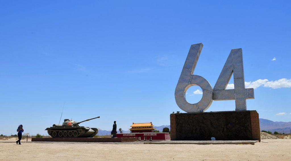 2021年6月1日,美國洛杉磯和拉斯維加斯之間的15號公路旁,矗立著藝術家陳偉明創作的「六四坦克人」紀念雕塑。(Frederic J. Brown/AFP via Getty Images)