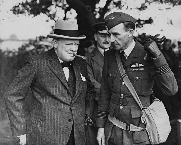 1940年6月,英國首相溫斯頓‧丘吉爾(Winston Churchill,左)訪問皇家空軍戰鬥機部隊。(Central Press/Archive Photos/Getty Images)