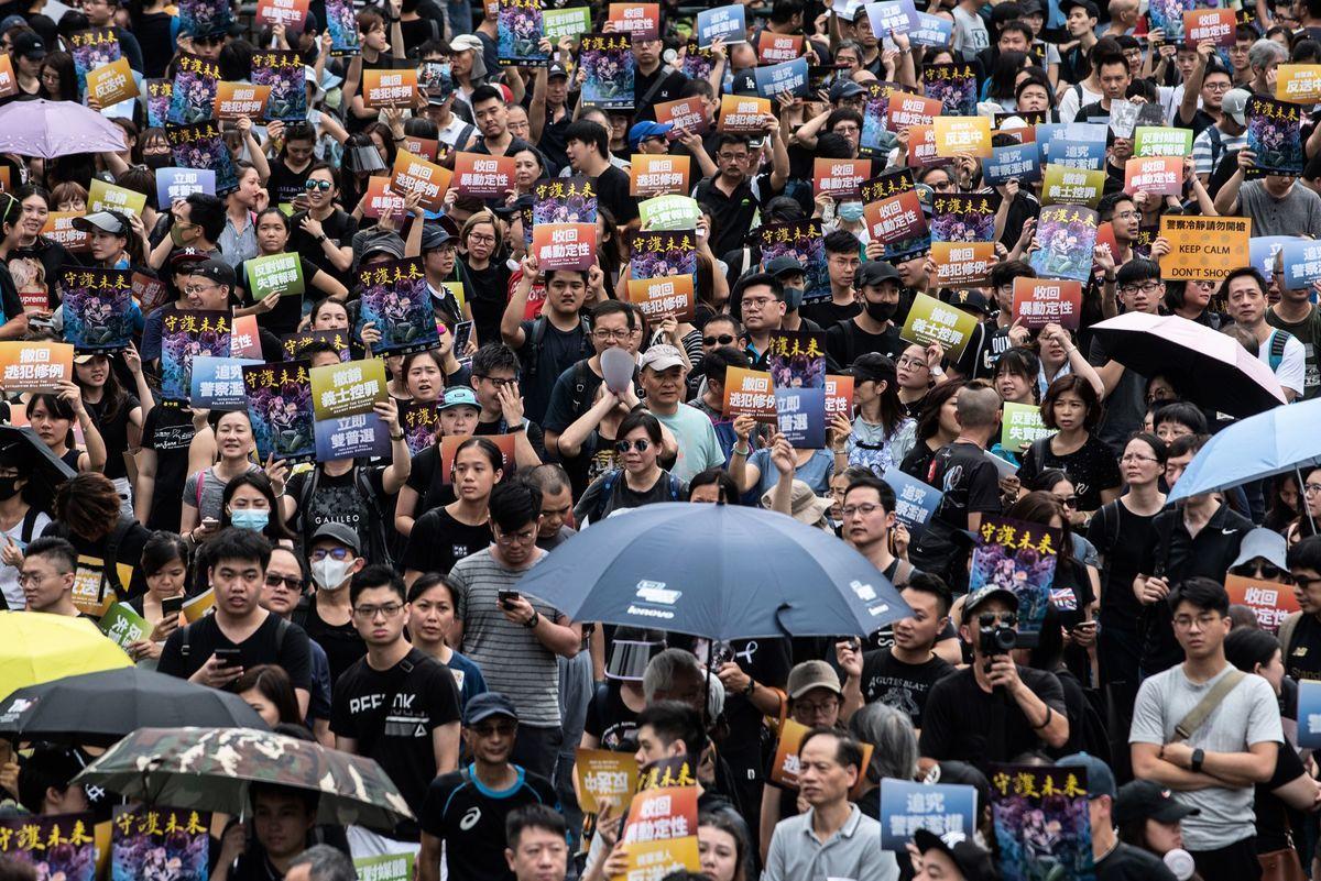 圖為準備參加將軍澳大遊行的人們擠滿寶翠公園。(Philip FONG / AFP)