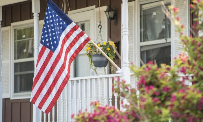 一面美國國旗掛在一戶人家外面。(Shutterstock)