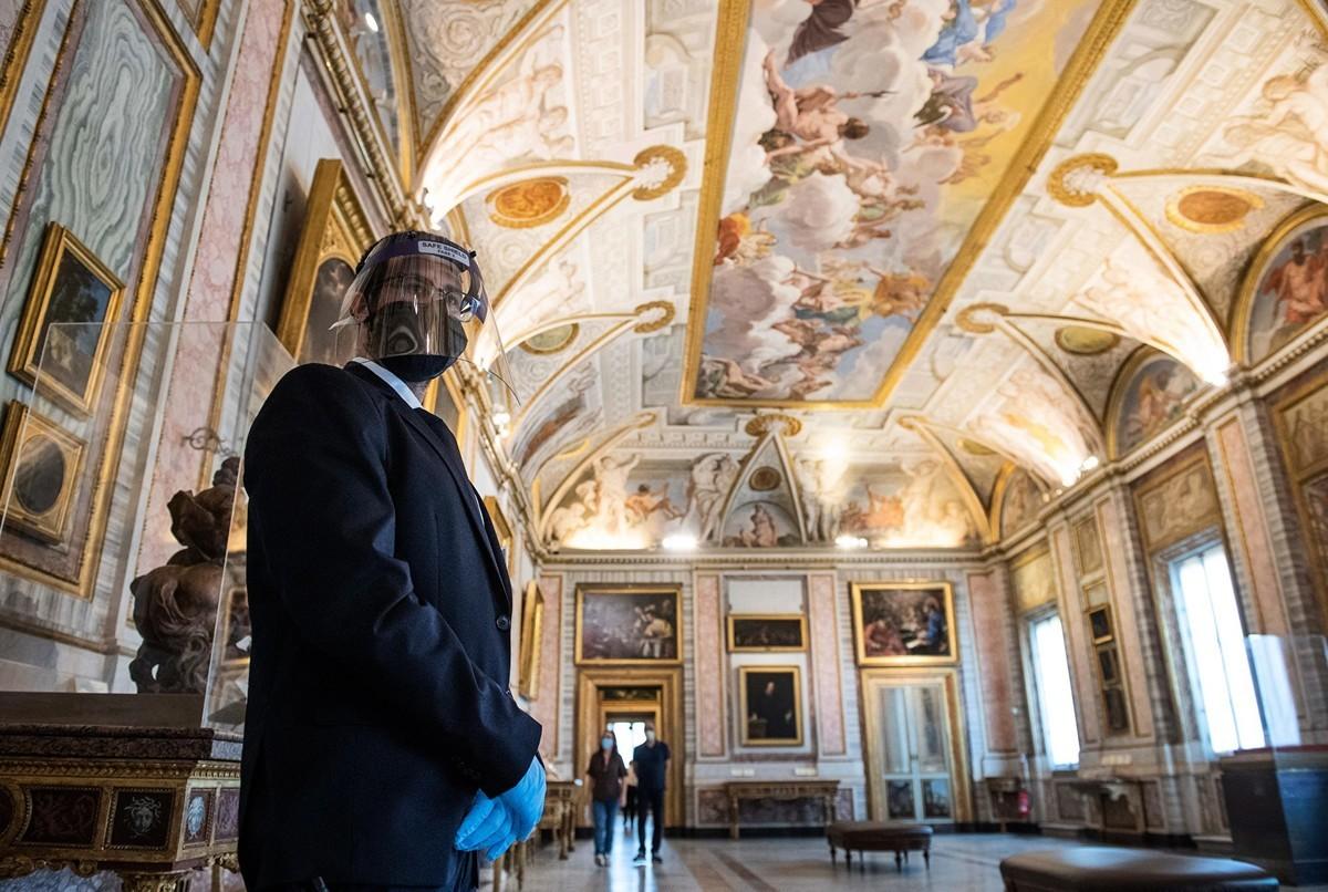 2020年5月19日,意大利羅馬,博爾蓋塞美術館(Galleria Borghese museum)重新開放,工作人員戴著口罩、防護面罩和手套。(TIZIANA FABI/AFP via Getty Images)