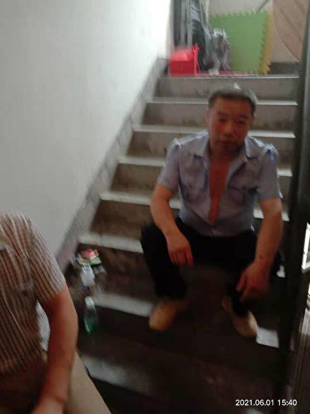 被北大街街道綜治辦僱用的黑惡勢力團夥堵住王彩霞家門口。(受訪者提供)
