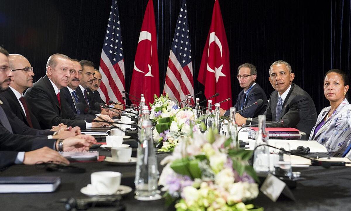 2016年9月4日,時任美國總統巴拉克‧奧巴馬(右)和土耳其總統雷傑普‧塔伊普‧埃爾多安(左)在 G20峰會期間舉行會晤。(Saul Loeb/AFP/Getty Images)