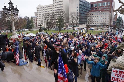 2020年12月12日,上千名來自密歇根州各界民眾,冒雨再次聚集在密歇根州首府蘭辛市州議會大樓前,舉行和平挺特朗普總統遊行和集會——向神祈禱,堅信特朗普總統必勝。(林慧心/大紀元)