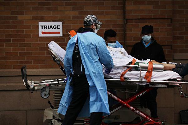 4月3日,醫務人員將患者轉移至紐約布魯克林Maimonides醫療中心特殊中共病毒區域。 (Photo by Spencer Platt/Getty Images)