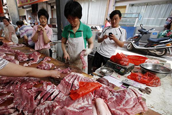 本已疲弱的中國經濟在遭遇貿易戰的打擊下持續下滑。最新出爐的宏觀數據顯示,中國經濟全線走弱,而在即將來臨的油價及肉價齊漲的情況下,中國經濟或走向滯脹。圖為安徽淮北某市場。(AFP/Getty Images)
