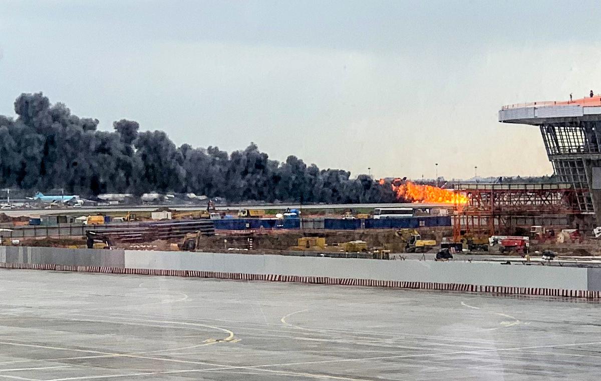 俄羅斯一架客機出現故障被迫緊急降落,著陸過程中不幸起火,造成至少41人死亡,6人受傷。(VIKTOR MARCHUKAITES/AFP/Getty Images)
