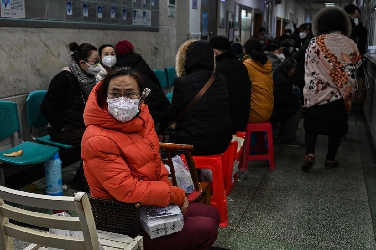 大量的武漢病人住不上院。甚至有隻身來武漢打工的病人,只能每天睡在醫院的走廊上排隊、打針。(HECTOR RETAMAL/AFP via Getty Images)