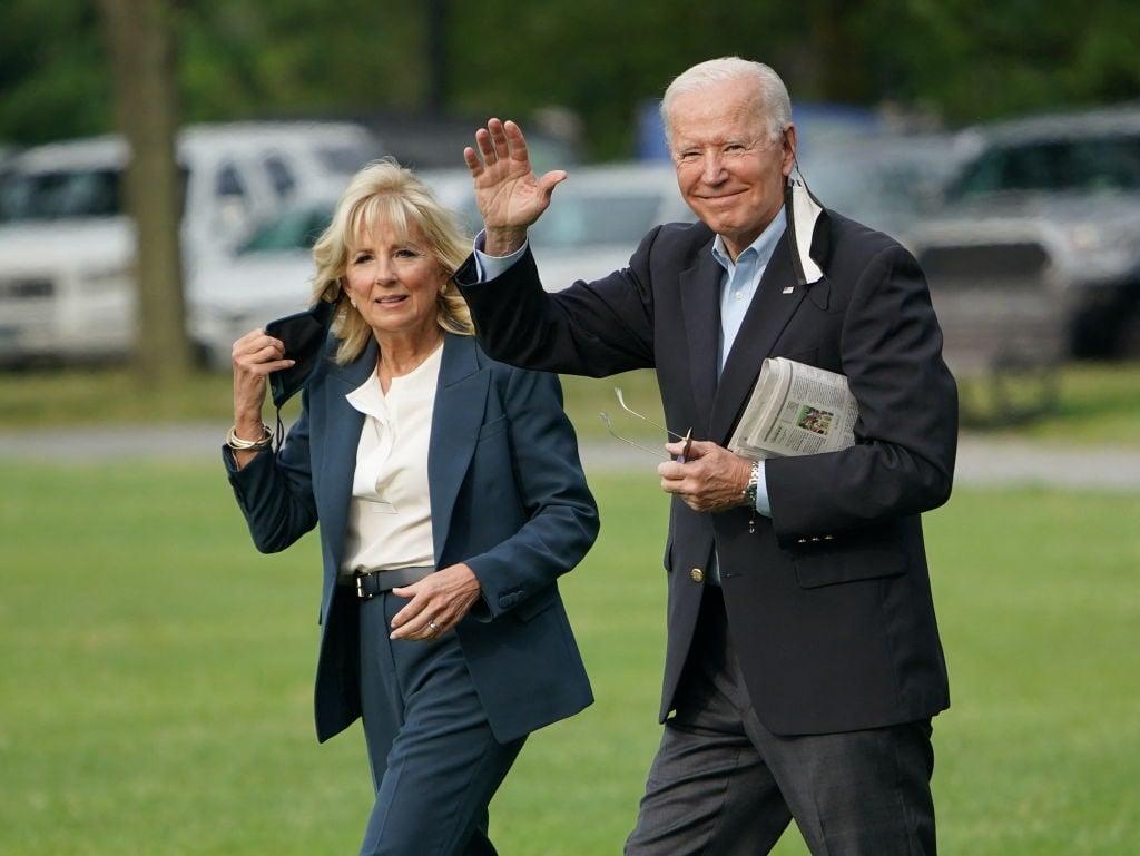 美國總統拜登和第一夫人吉爾6月9日準備登機前往歐洲。(MANDEL NGAN/AFP via Getty Images)