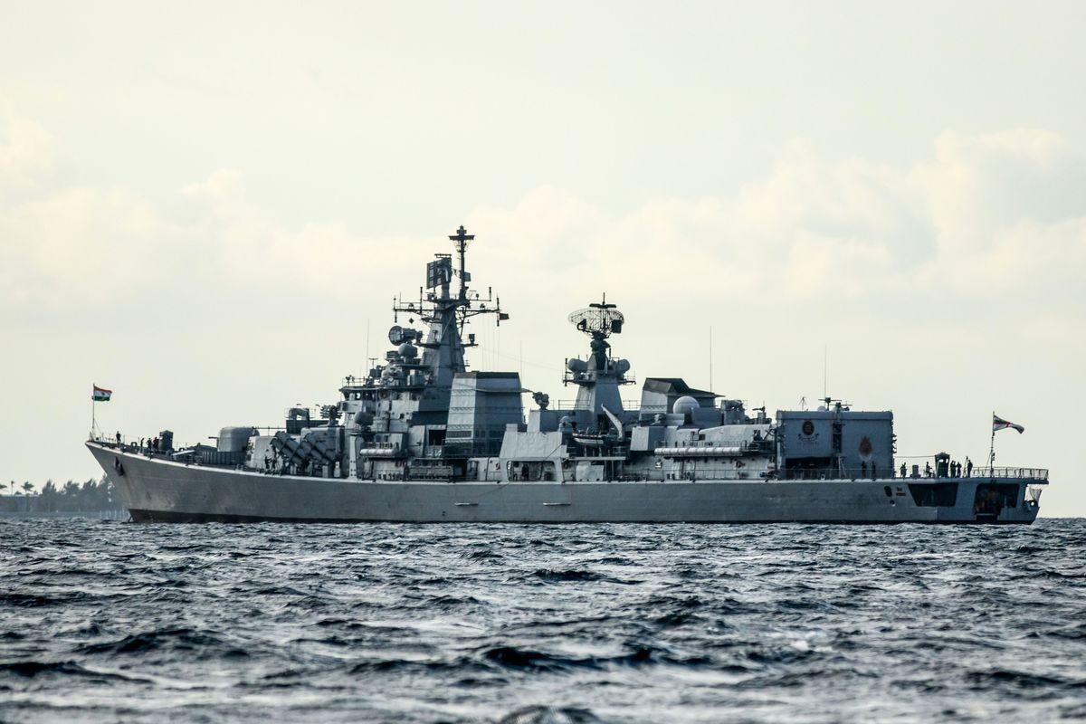 印度成功試射了高超音速測試機(HSTDV),使印度成為世界上第四個成功發展高超音速技術的國家。印度正以該技術提升印度海軍能力,應對中共海軍的威脅。圖為印度兩棲登陸艦「佳拉希瓦」號(INS Jalashwa)。(AHMED SHURAU/AFP via Getty Images)