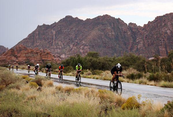 2021年9月18日,美國猶他州聖喬治(St. George),「鐵人70.3世界錦標賽」(IRONMAN 70.3 World Championship)期間,一群男選手正在騎單車。(Ezra Shaw/Getty Images for IRONMAN)