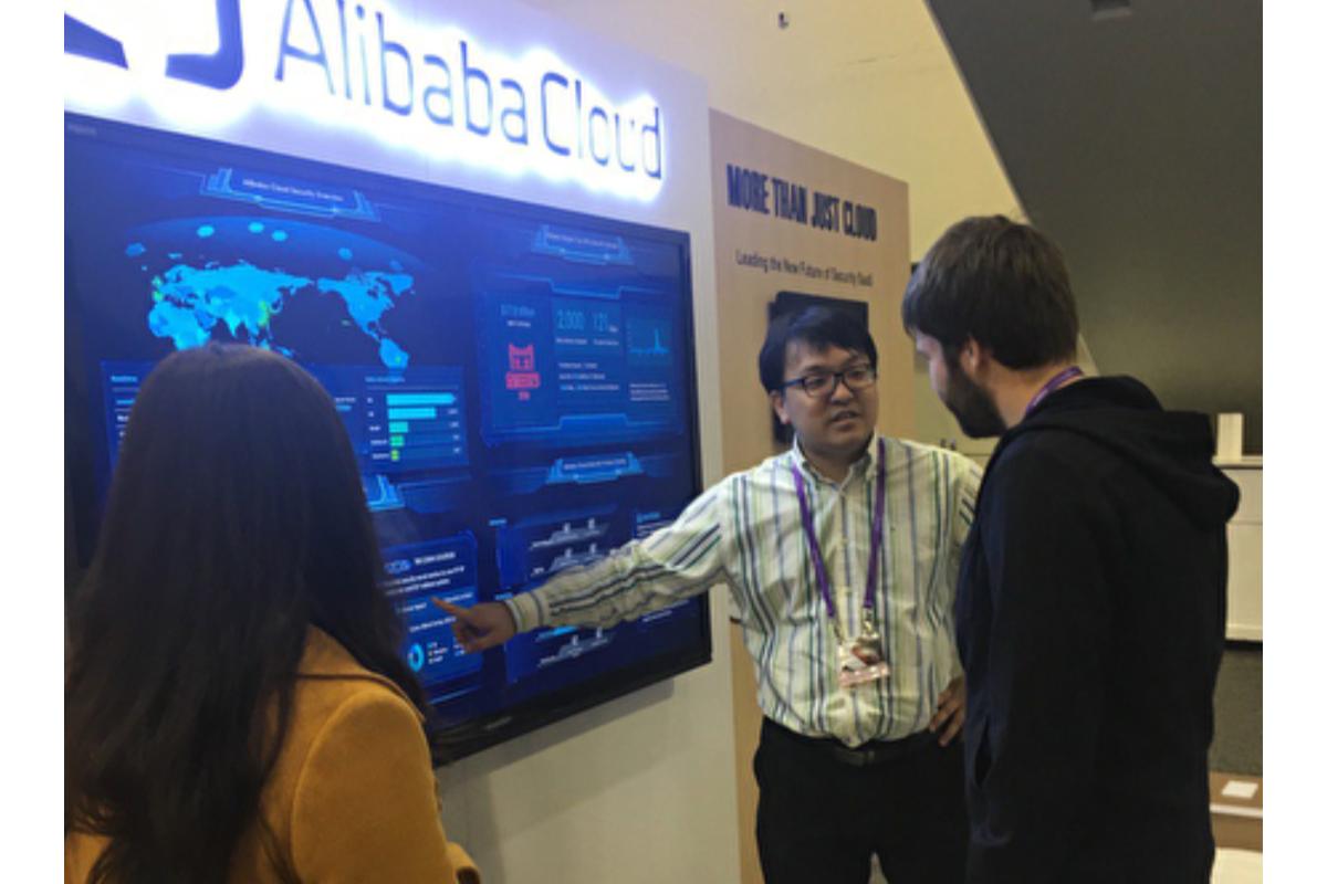 2017年2月,郭宇(中)於三藩市資訊展會上介紹阿里巴巴的雲端服務系統。(郭宇提供)