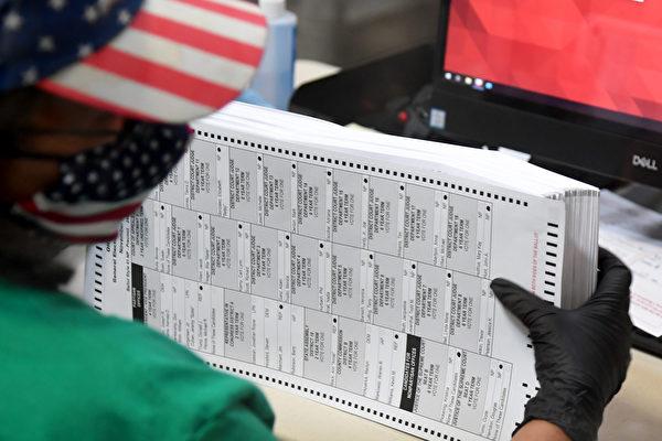 2020年11月7日,一名內華達州的選舉工作人員正在整理郵寄的選票。(Ethan Miller/Getty Images)
