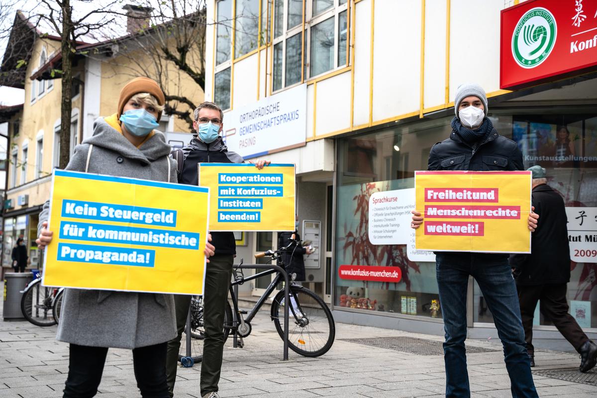2020年國際人權日,自民黨青年社團(Junge Liberale)慕尼黑分部成員,在慕尼黑孔子學院前抗議。(自民黨青年社團慕尼黑分部提供)