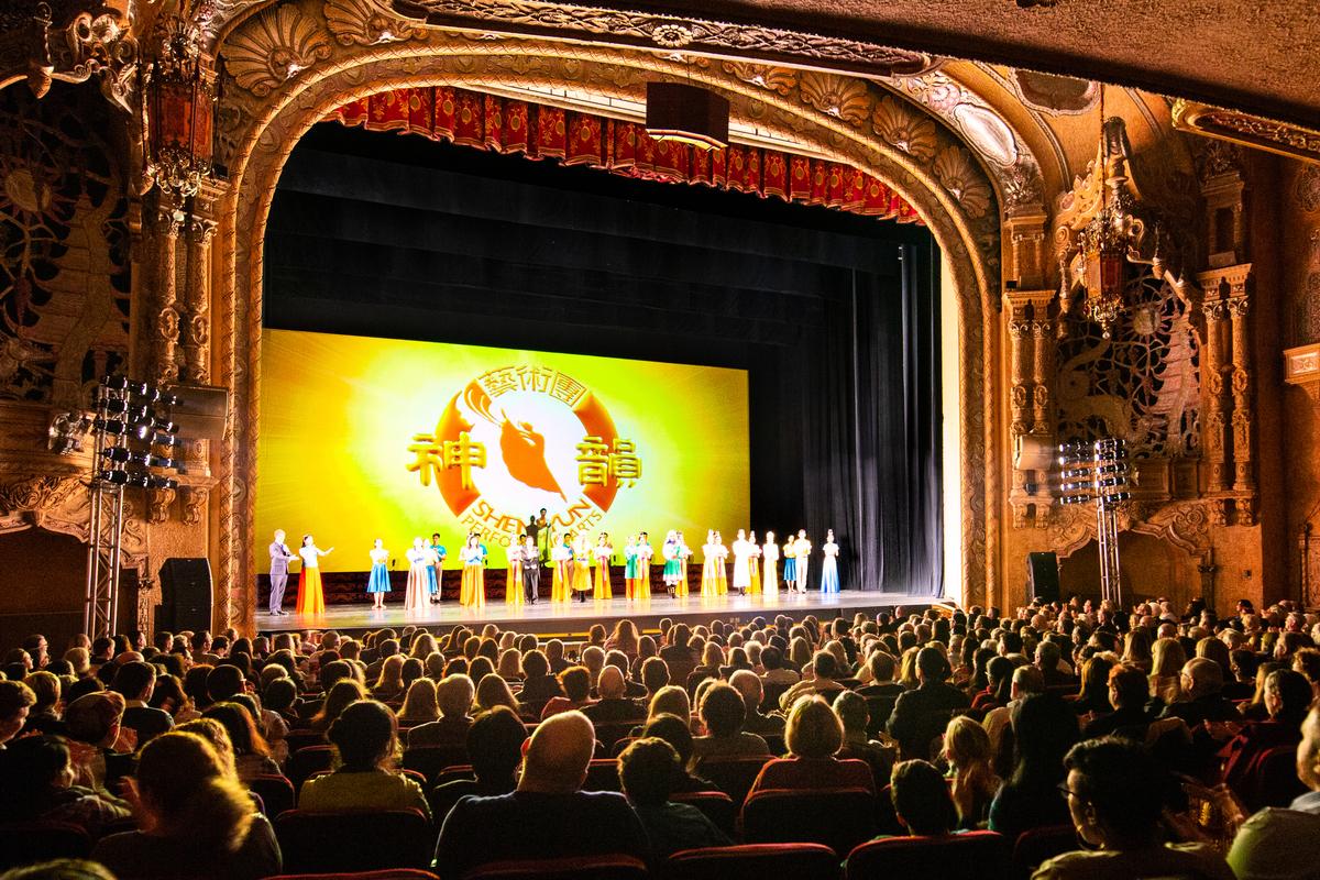 2018年12月22日下午,神韻國際藝術團在美國伊利諾州羅克福德市的科羅納多中心(Coronado Center)進行了當地的首場演出,獲得爆滿。(Hu Chen/大紀元)