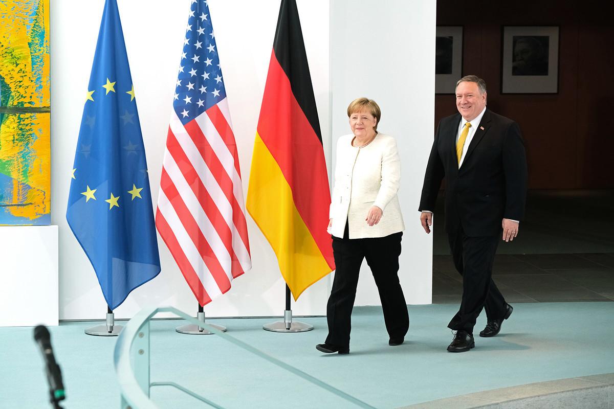 5月31日,美國國務卿蓬佩奧到訪柏林,德國總理默克爾歡迎。(Sean Gallup/Getty Images)