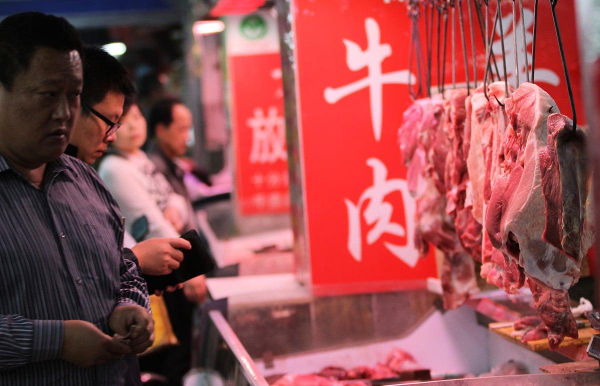 受非洲豬瘟影響,民眾不敢吃豬肉,轉而購買牛肉等其他肉類,使牛羊肉價上漲。圖為青島鮑島農貿市場。(大紀元資料室示意圖)