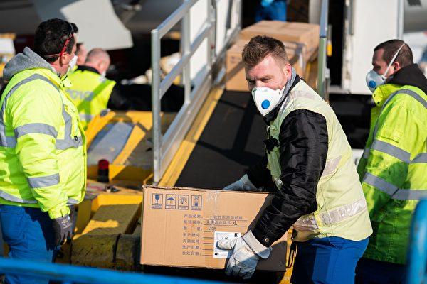 意大利機場人員搬運從中國運來的醫療物資。(Getty Images)