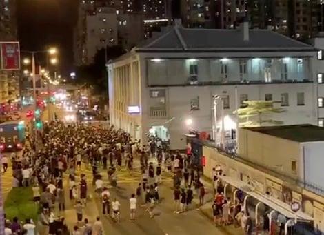 浸大學生會長方仲賢8月6日晚被捕後,深水埠警署一度被千人街坊包圍。(大紀元)