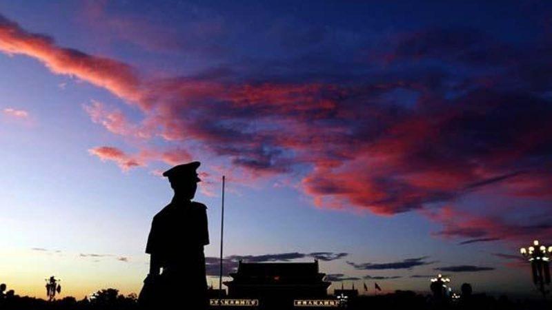 圖為夕陽落山之際一個士兵在天安門廣場上站崗的身影。(Feng Li/Getty Images)