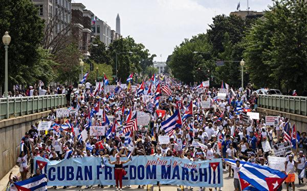 2021年7月26日,在華盛頓舉行的古巴自由集會上,古巴活動家和支持者從白宮遊行到16街的古巴大使館。(Drew Angerer/Getty Images)