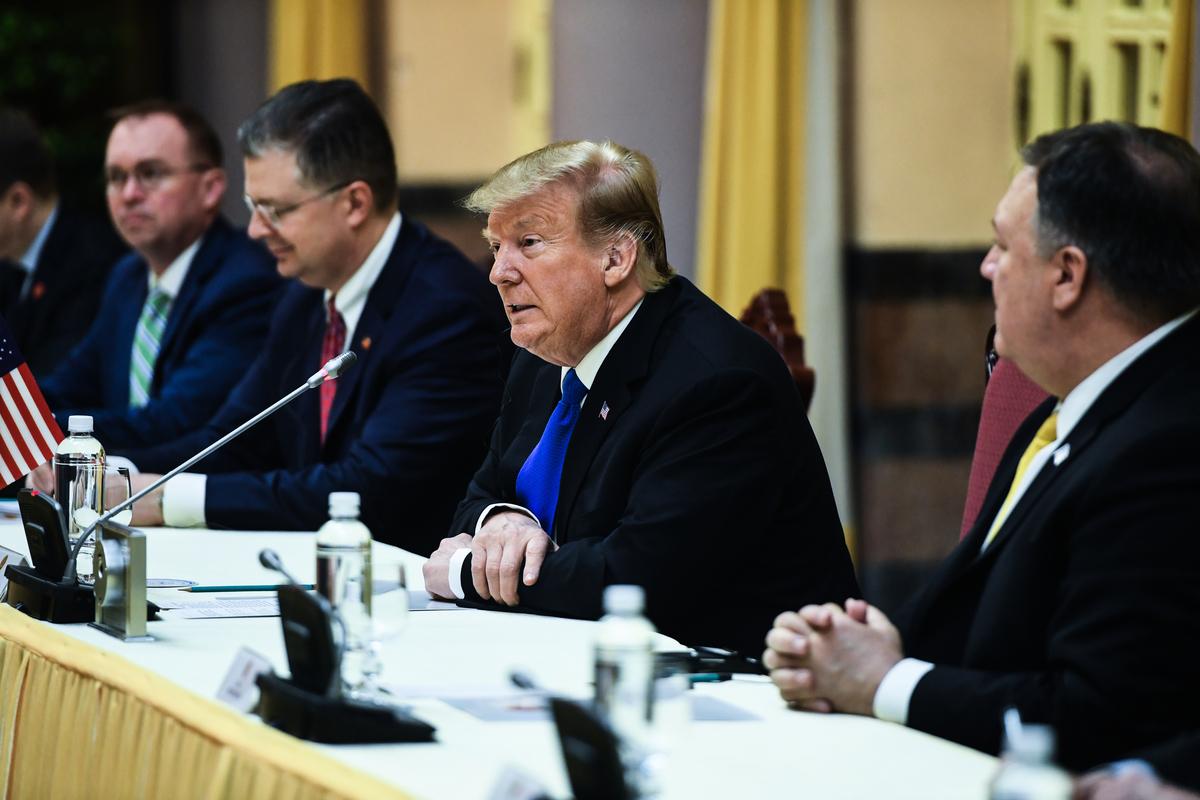 2月27日上午,特朗普與越共總書記、越南國家主席阮富仲在主席府會晤,參加簽署商貿協議儀式。(Saul LOEB / AFP)