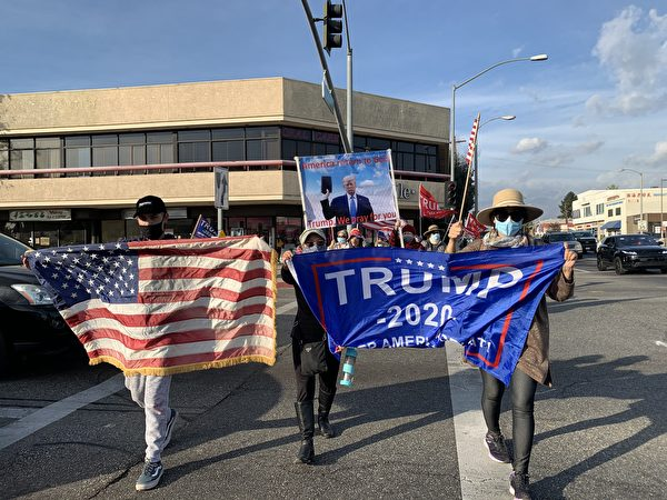 12月12日,加州上百位華裔民眾再次聚集在華人區阿罕布拉市(Alhambra)舉行「制止竊選、支持特朗普總統」集會。(姜琳達/大紀元)