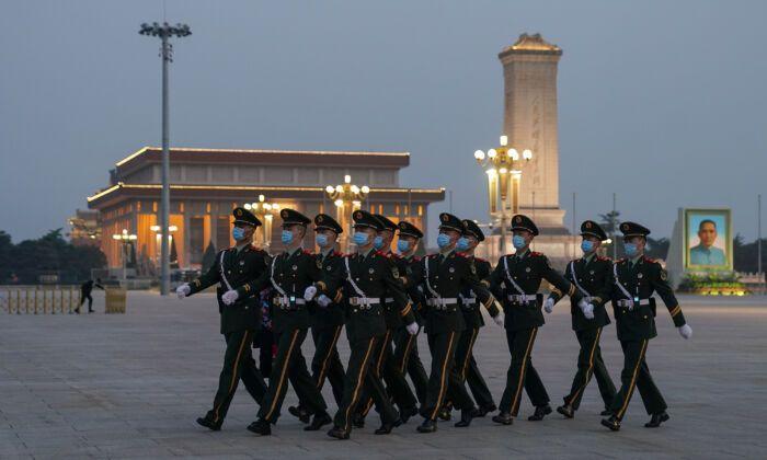 2020年4月28日,天安門廣場巡邏的武警。(Lintao Zhang/Getty Images)