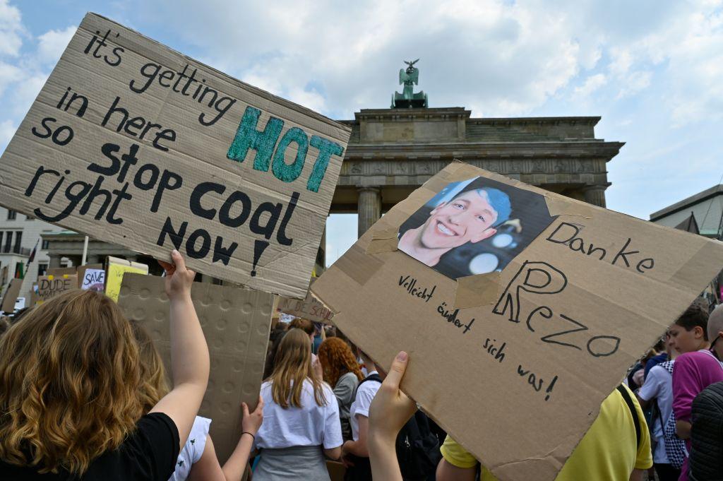 5月24日,德國學生再次在柏林勃蘭登堡大門前舉行集會,呼籲重視環保,其中有人舉著感謝Rezo的牌子。(JOHN MACDOUGALL/AFP/Getty Images)