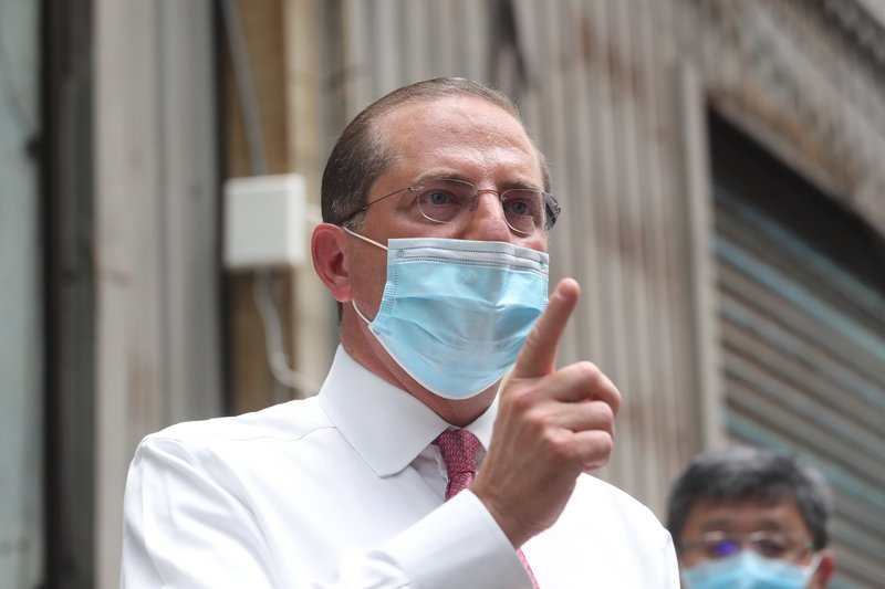 美國衛生部長阿扎爾(Alex Azar)2020年8月12日上午率團至新北市五股參訪「口罩國家隊」長宏機械公司,會後接受媒體訪問。(中央社)