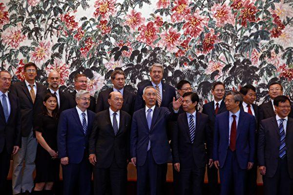 美國商務部長羅斯(左三)2018年6月2日抵達北京,跟中方談判牽頭人劉鶴(前排左四)等會談,中共商務部長鍾山(前排右三)有出席。(ANDY WONG/AFP/Getty Images)