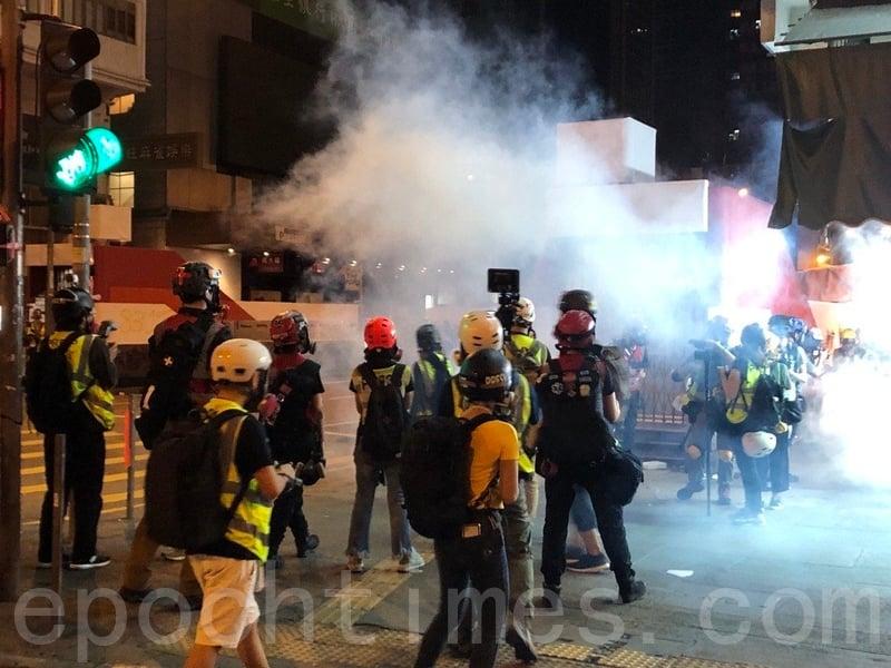 2019年11月3日,香港警察在深夜1時在亞皆老街與彌敦道交界處與民眾對峙。(余天祐/大紀元)