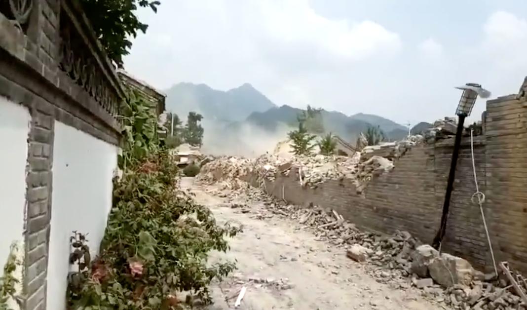 懷柔區水長城老北京四合院,7月28日、8月4日凌晨,大型機具、人員強行進入小區強拆。(影片截圖)