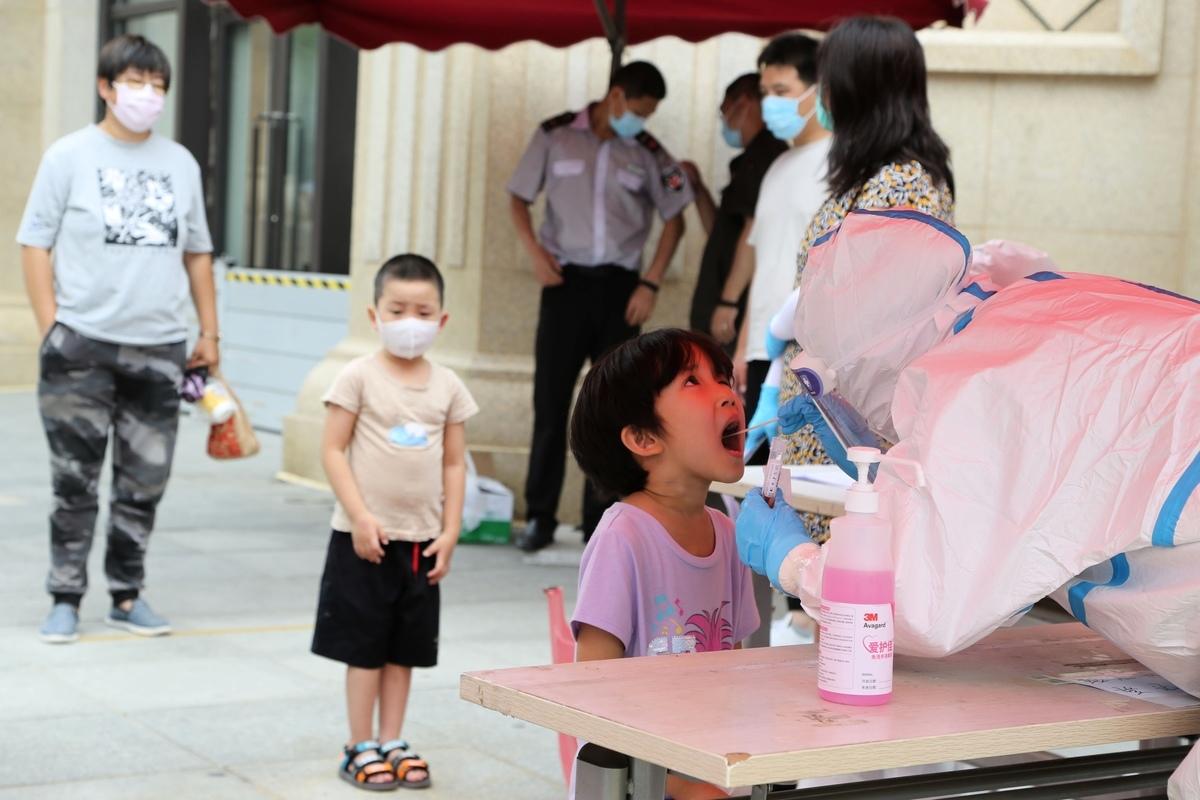 大連全市1322所幼兒園全部暫停入園,1614家文化服務場所暫停開放。圖為大連2020年7月27日核酸檢測現場。(STR/AFP via Getty Images)