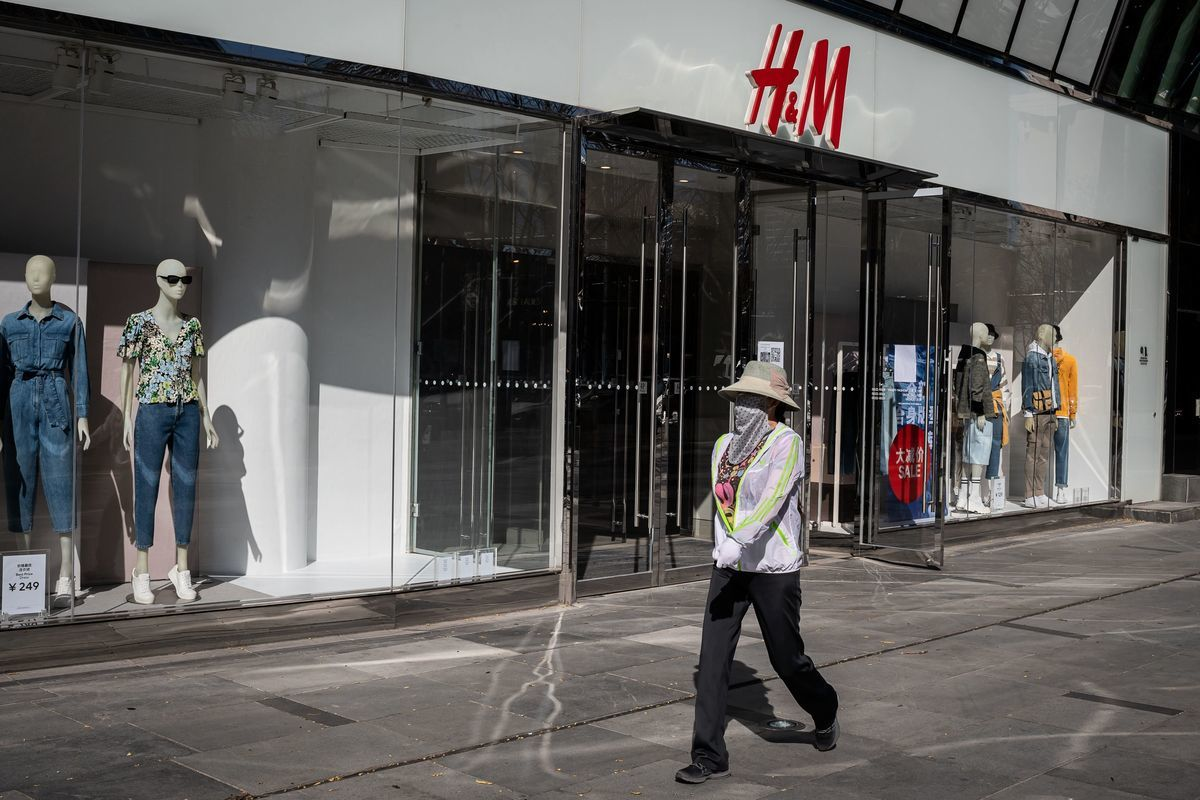 瑞典時裝品牌H&M因新疆人權迫害拒用新疆棉風波持續發酵。中共《環球時報》總編輯胡錫進則連發兩條微博講此事,但遭海內外網民抨擊。圖為2020年3月19日,北京一家H&M店舖。(NICOLAS ASFOURI/AFP via Getty Images)