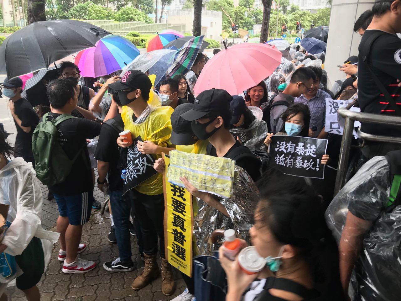 2019年7月31日,近千名市民聚集在香港東區法院,聲援被控的示威者。(蔡雯文/大紀元)