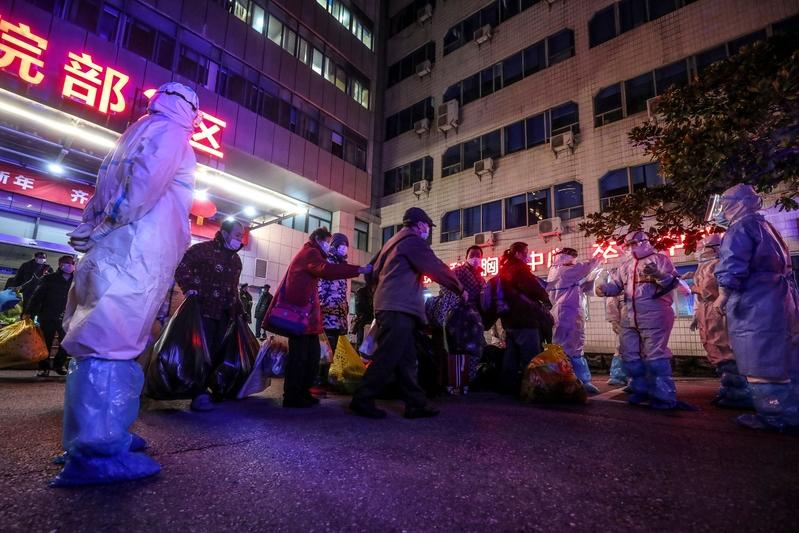 圖為2020年3月3日,武漢中共肺炎患者等待從武漢市第五醫院轉移到新建的雷神山醫院。(STR/AFP via Getty Images)