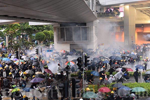 8月25日,荃葵青遊行後,警方在楊屋道發射催淚彈清場,現場煙霧瀰漫。(宋碧龍/大紀元)