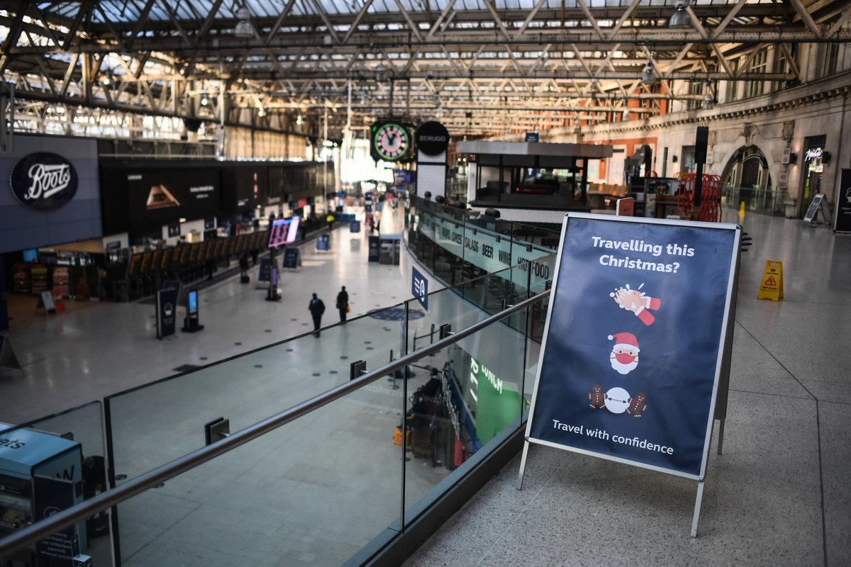 2020年12月20日,英國倫敦滑鐵盧車站(Waterloo station),實施第四級封鎖措施後,站內乘客寥寥。(Peter Summers/Getty Images)