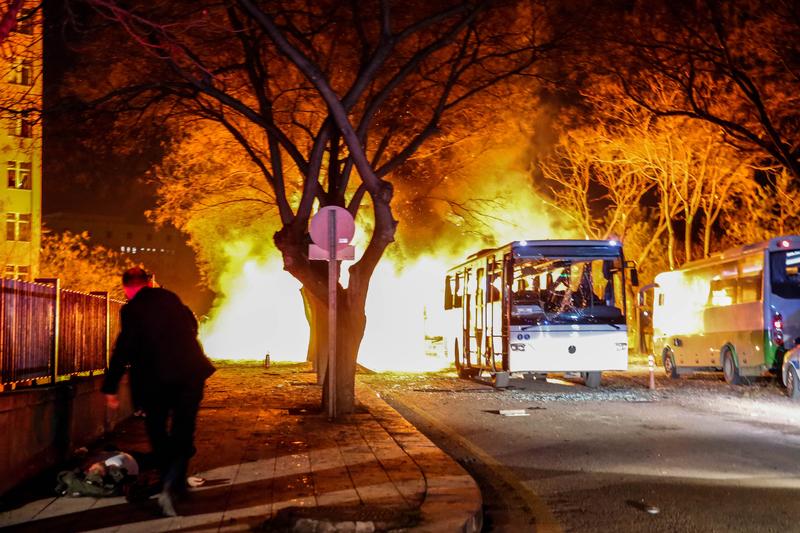 圖為2016年2月17日傍晚,土耳其首都安卡拉市中心一輛軍用巴士遭汽車炸彈攻擊。(Defne Karadeniz/Getty Images)