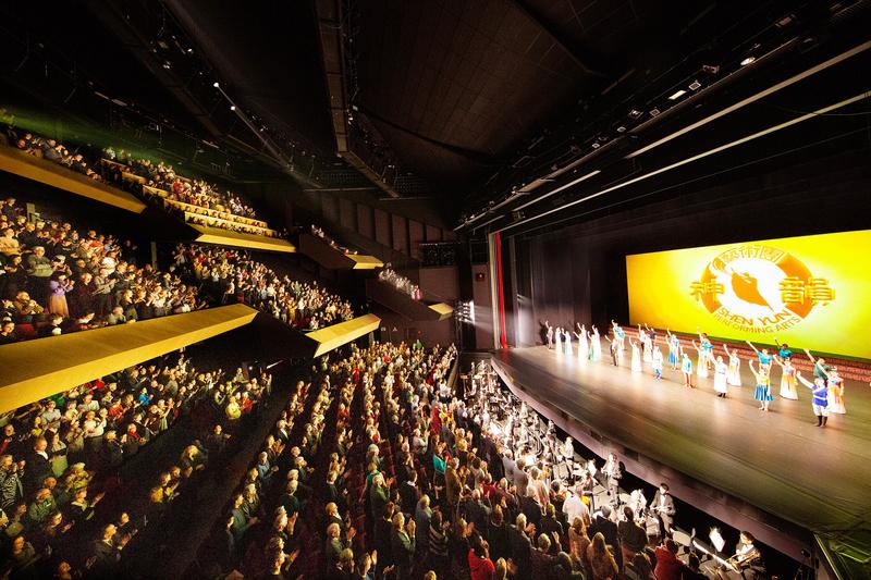2020年1月28日晚,神韻巡迴藝術團在荷蘭佈雷達沙塞劇院(Chassé  Theater)的演出爆滿。(章樂/大紀元)