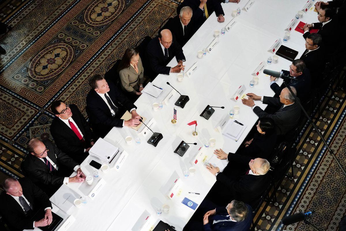 2月28日,白宮首席經濟顧問拉里‧庫德洛(Larry Kudlow)對上周中美談判情景進行了生動描述,可謂氣氛凝重。圖為談判現場。MANDEL NGAN/AFP/Getty Images)