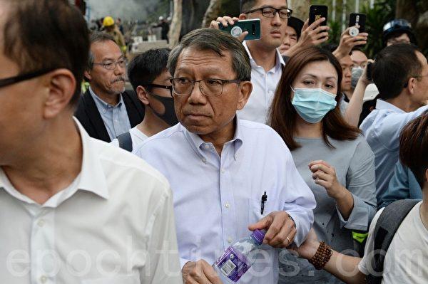 2019年11月12日,香港中大校長段崇智到抗爭現場,前往與警方調停時,遭到警方發射催淚彈攻擊。(宋碧龍/大紀元)